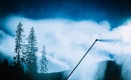 Arma de la nieve, proceso de fabricación de la nieve en una cuesta del esquí Wi del control del clima Fotografía de archivo libre de regalías