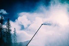 Arma de la nieve, proceso de fabricación de la nieve en una cuesta del esquí Wi del control del clima Fotos de archivo