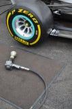 Arma de la rueda de manera operacional en un coche del Fórmula 1 Foto de archivo
