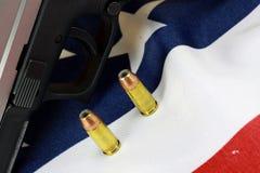 Arma de mano con la bandera de Estados Unidos - la derecha de llevar los brazos Imágenes de archivo libres de regalías