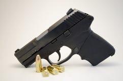 Arma de mano con la munición Imagen de archivo libre de regalías