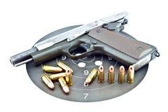 arma de mano de 9 milímetros y shooting de la blanco Imagen de archivo libre de regalías
