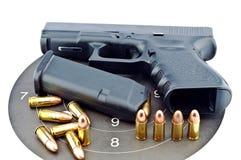arma de mano de 9 milímetros y shooting de la blanco Foto de archivo