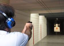 Arma de mano en el rango de shooting Fotos de archivo