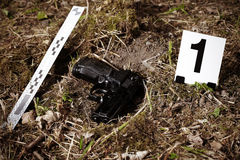 Arma de mano en escena del crimen fotografía de archivo libre de regalías