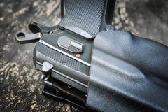 Arma de mano en pistolera fotografía de archivo