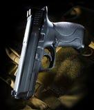 Arma de mano en un bolso marrón fotos de archivo