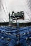 Arma de mano de la plata 9m m en pretina de detrás foto de archivo