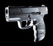 Arma de mano semi auto en un fondo negro imagen de archivo