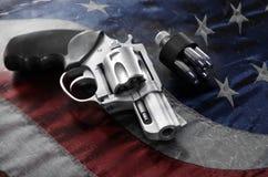 Arma de mano y balas potentes imagen de archivo libre de regalías