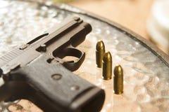 arma de 9 milímetros com a bala 3 viva Imagens de Stock