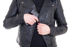 Arma de ocultación de la mujer en la chaqueta de cuero aislada en blanco Fotos de archivo libres de regalías