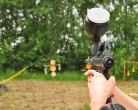 Arma de Paintball en la acción Fotografía de archivo