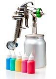 Arma de pulverizador brilhante do metal novo e garrafas pequenas com cor Imagem de Stock Royalty Free
