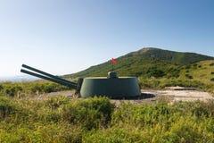 Arma de torrecilla ruso de la batería de la artillería, cañón en la colina Imagenes de archivo