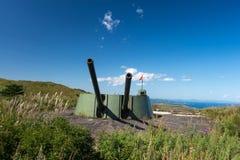 Arma de torrecilla ruso de la batería de la artillería, cañón en la colina Fotos de archivo libres de regalías