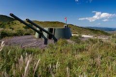Arma de torrecilla ruso de la batería de la artillería, cañón en la colina Fotografía de archivo