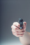 Arma del arma La mano de los hombres que sostiene un arma pistola de 9 milímetros Fotos de archivo libres de regalías
