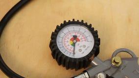 Arma del compresor de aire con el indicador del manómetro metrajes