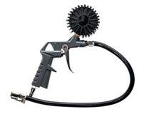 Arma del compresor de aire con el manómetro aislado en un fondo blanco Imagen de archivo
