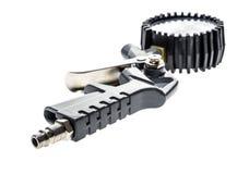 Arma del compresor de aire con el manómetro aislado en un fondo blanco Imagen de archivo libre de regalías