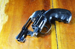 Arma do revólver sem a bala na tabela de madeira Fotografia de Stock