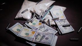 A arma e as balas caem para baixo no fundo do dinheiro e das drogas Conceito da atividade criminal filme