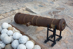 Arma e bala de canhão velhas da pedra Foto de Stock