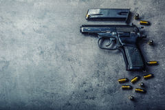 arma e balas da pistola de 9 milímetros espalhadas na tabela Foto de Stock Royalty Free