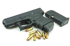 Arma e balas pretas de 9mm um fundo branco Imagens de Stock Royalty Free