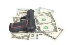 Arma em cédulas do dólar americano imagens de stock royalty free