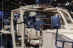 Arma en el camión militar 4x4 con rolbar especial foto de archivo