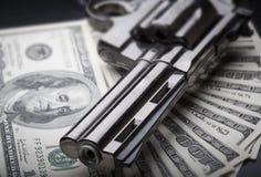 Arma en fondo de 100 dólares Imagenes de archivo