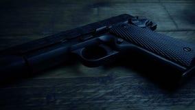 Arma en la tabla en sitio oscuro metrajes
