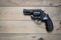Arma en una tabla de madera Fotografía de archivo libre de regalías