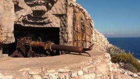 Arma militar velha no vis da ilha vídeos de arquivo