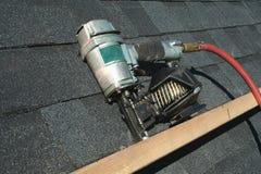 Arma neumático del clavo del material para techos imagen de archivo