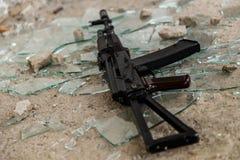 Arma no assoalho imagens de stock