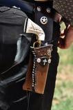 Arma occidental de la pistola con el apretón de marfil de la manija en la correa de arma de cuero de la pistolera llevada por el  fotos de archivo libres de regalías