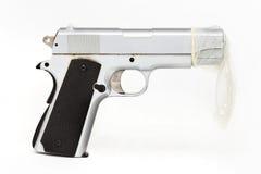Arma protegida por um preservativo Sexo seguro imagens de stock