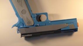 Arma que gira en la superficie blanca almacen de video