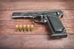 Arma semiautomática de 9mm isolada no fundo de madeira Imagens de Stock