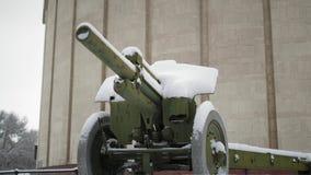 Arma soviética da segunda guerra mundial coberta na neve filme