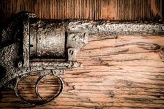 Arma velha na tabela de madeira Imagem de Stock Royalty Free
