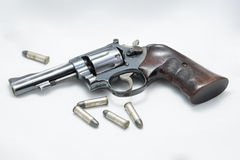 Arma y bala en el fondo blanco Imagen de archivo