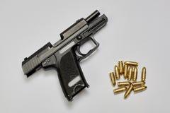 Arma y balas de la pistola Fotos de archivo libres de regalías