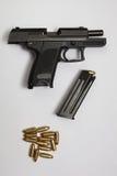 Arma y balas de la pistola Imagenes de archivo
