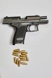 Arma y balas de la pistola Imágenes de archivo libres de regalías