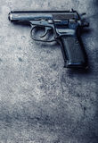 arma y balas de la pistola de 9 milímetros derramados en la tabla Imágenes de archivo libres de regalías