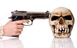 Arma y cráneo Fotos de archivo libres de regalías